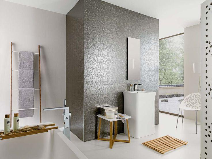 papel pintado metalico baño